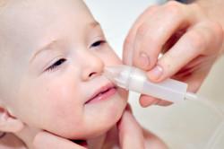 Очищение носа с помощью аспиратора