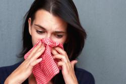 Сморкание для снятия заложенности носа